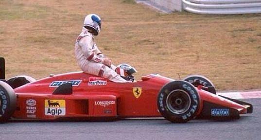 Derek Warwick (vlevo) se v roce 1988 v Japonsku na kapotě vozu svezl.