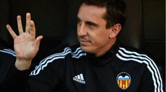 Trenér Valencie Gary Neville a jeho gesto směřující na Rafu Beníteze.