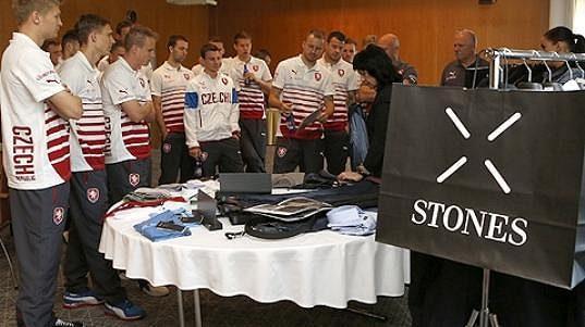 Fotbaloví reprezentanti si vybírali nové oblečení společně.