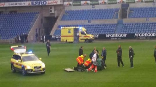 Lékaři se snaží zachránit obránce Lokerenu Grégoryho Mertense, který zkolaboval při zápase rezerv na hřišti v Genku.