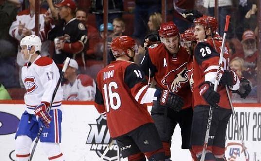 Hokejisté Arizony Michael Stone (26), Max Domi (16) a Martin Hanzal (11)se radují z gólu proti Montrealu.