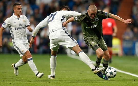 Útočník Realu Madrid Álvaro Morata se snaží vypíchnout míč obránci Legie Varšava Adamu Hlouškovi (vpravo).