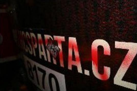 Fanoušci Slavie si v Praze 10 vylili zlost na tramvaji ve sparťanských barvách.