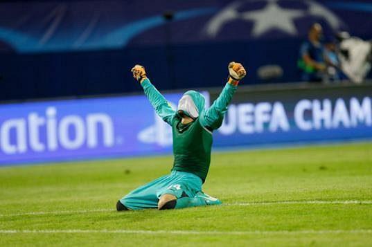 Brankář Dinama Záhřeb Eduardo slaví vítězsrtví nad Arsenalem.