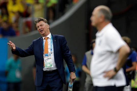 Nizozemský kouč Louis van Gaal gestikuluje na rozhodčího během utkání o bronz. Vpravo trenér Brazilců Luiz Felipe Scolari.