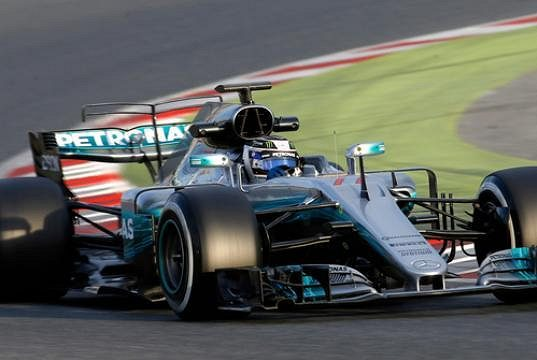 Valtteri Bottas s vozem Mercedes při testech v Barceloně.