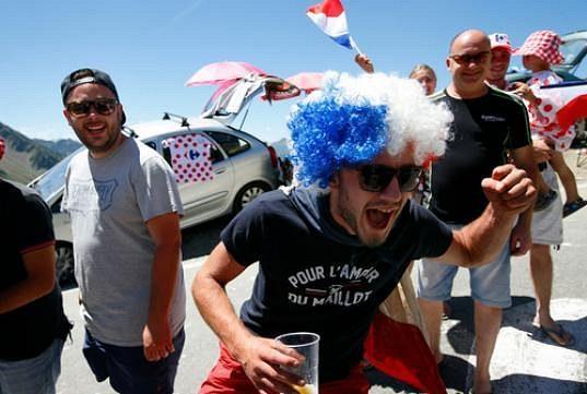 Frenetičtí fanoušci v průsmyku Tourmalet.