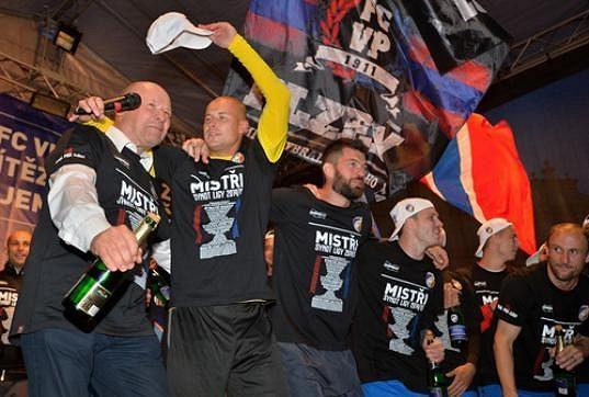Fotbalisté Plzně při oslavách mistrovského titulu na náměstí Republiky.