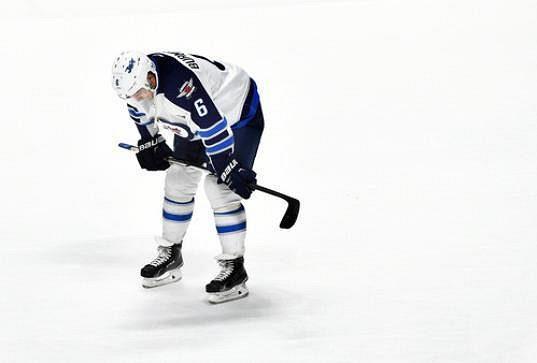 Zklamání ruského centra Alexandera Burmistrova (6) z Winnipegu Jets po debaklu 0:7 s Nashvillem Predators.