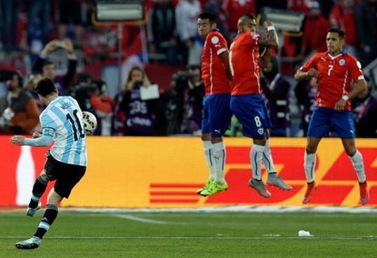 Argentinec Lionel Messi zahrává přímý volný kop ve finále Copa América proti Chile.
