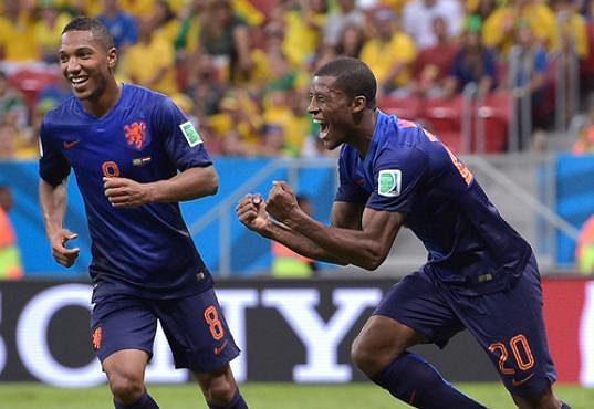 Georginio Wijnaldum (vpravo) oslavuje vstřelený gól v bronzovém duelu s Brazílií.
