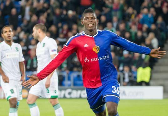 Sedmnáctiletý Breel Embolo jásá po prvním gólu Basileje proti Ludogorci.