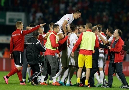 Fotbalisté Srbska slaví výhru v Albánii v kvalifikaci ME 2016.