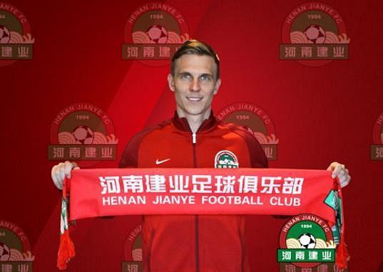 Vítej v Číně! Bořek Dočkal po podpisu smlouvy.