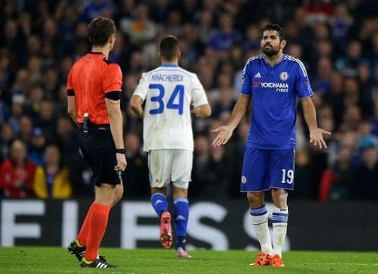 Útočník Chelsea Diego Costa gestikuluje směrem k českému rozhodčímu Pavlu Královcovi v zápase s Dynamem Kyjev.