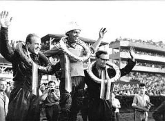 Antonín Kasper na stupních vítězů při ZP v roce 1963 mezi Ervínem Krajčovičem a Martinem Tatumem.