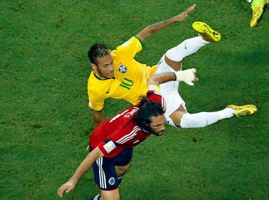 Neymar se v utkání s Kolumbií dostával do nezáviděníhodných situací opakovaně, tohle je jeho souboj s Mariem Yepesem.
