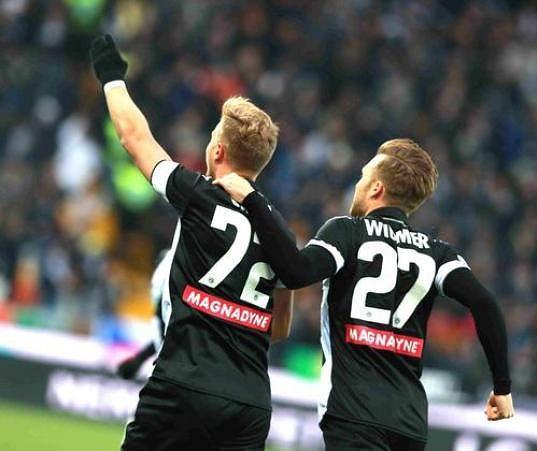 Fotbalista Udinese Antonín Barák (vlevo) s raduje z gólu proti Beneventu.