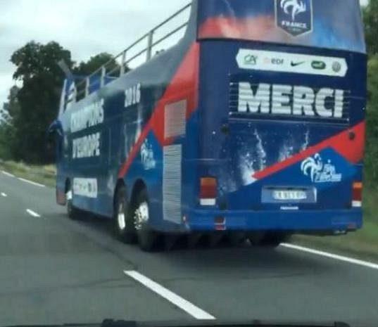 Autobus připravený pro použití po očekáváném francouzském triumfu ve finále ME.