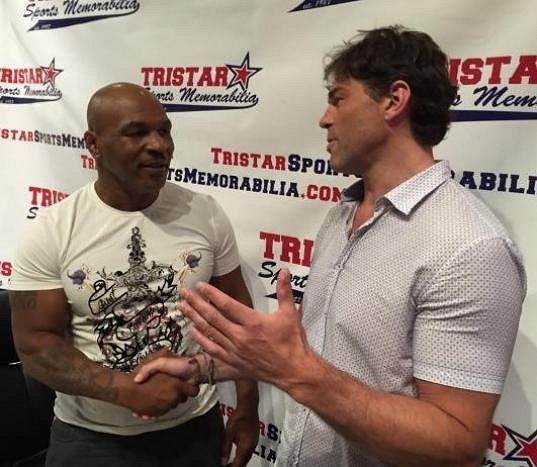 Jaromír Jágr se zdraví s bývalým profesionálním boxerem Mikem Tysonem.