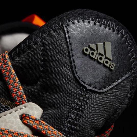 Pánské běžecké trailové boty Adidas Response TR Boost a pohled na jazyk.