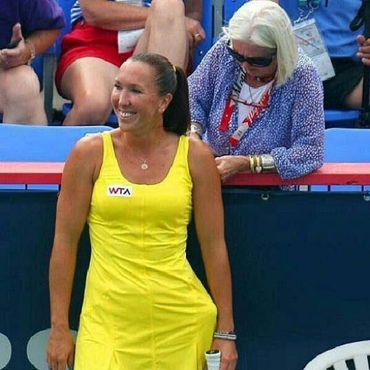 Jedna z návštěvnic turnaje v Montrealu upravuje poškozené ramínko u podprsenky Jeleny Jankovičové.