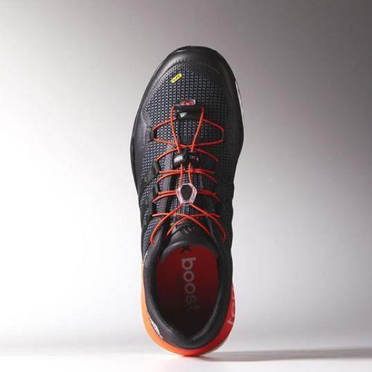 Adidas Terrex Boost - netradiční šněrování s možností individuálních úprav.