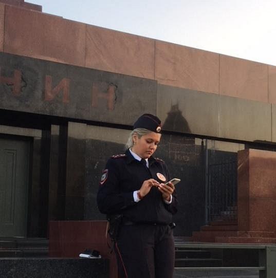Policistka střežící vchod do Leninova mauzolea.