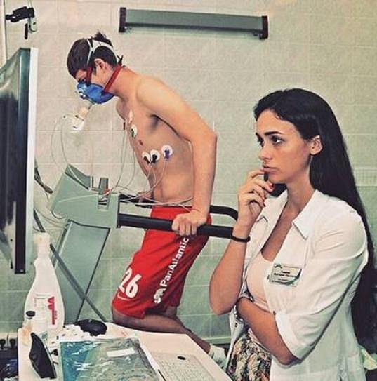 Ruská doktorka Viktoria Gamejevová sleduje výsledky fyzických testů jednoho z fotbalistů Spartaku Moskva.