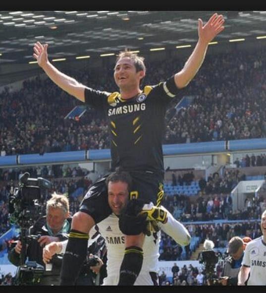 Dlouholetí spoluhráči z Chelsea. Frank Lampard na ramenou Petra Čecha.