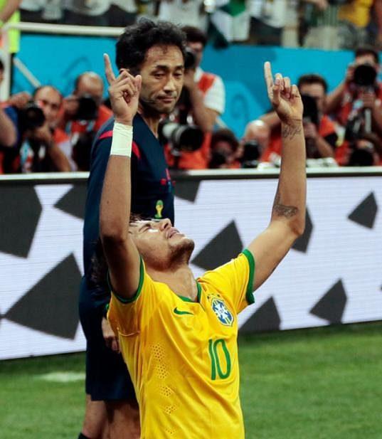 Neymar se raduje ze vstřeleného gólu, který padl po sporné penaltě.