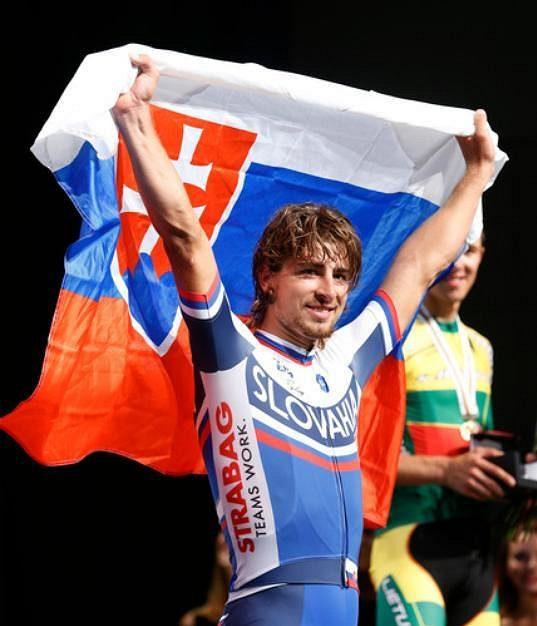 Slovenský cyklista Peter Sagan slaví s vlajkou titul mistra světa v silničním závodu.