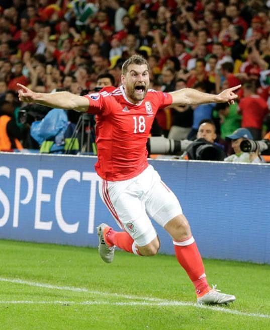 Velšan Sam Vokes oslavuje svoji trefu ve čtvrtfinále ME proti Belgii.