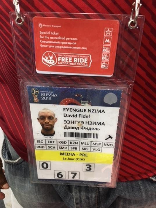 Ve sparťanském dresu se jmenovkou Mandjeck se na šampionátu v Rusku pohybuje kamerunský novinář.