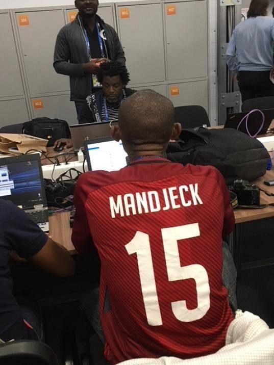 Ve sparťanskím dresu s jmenovkou Mandjeck se na šampionátu v Rusku pohybuje kamerunský novinář Eyengue Nzima.