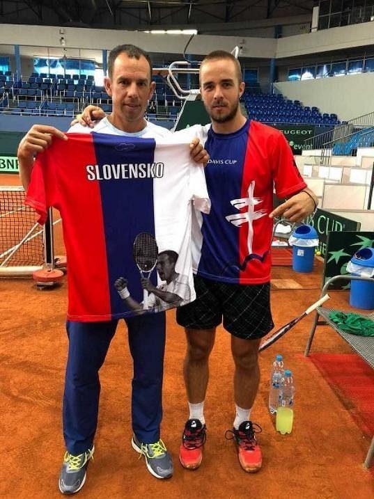 Dominik Hrbatý (vlevo) a Andrej Martin s daviscupovým dresem.
