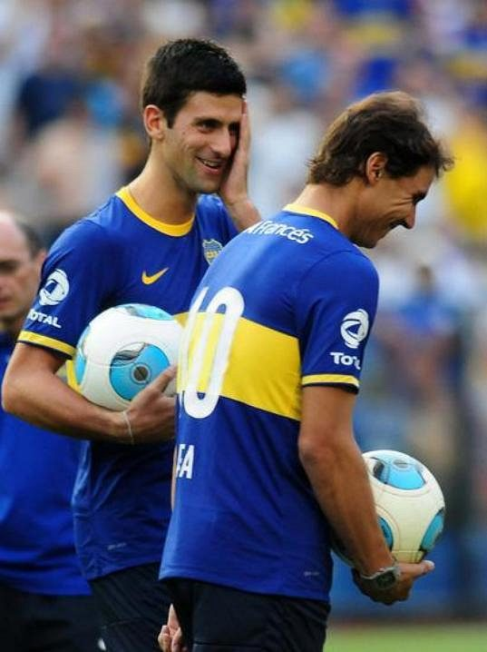 Dva nejlepší tenisté světa Rafa Nadal (v popředí) a Novak Djokovič si v dresu týmu Boca Juniors zakopali několik pokutových kopů.