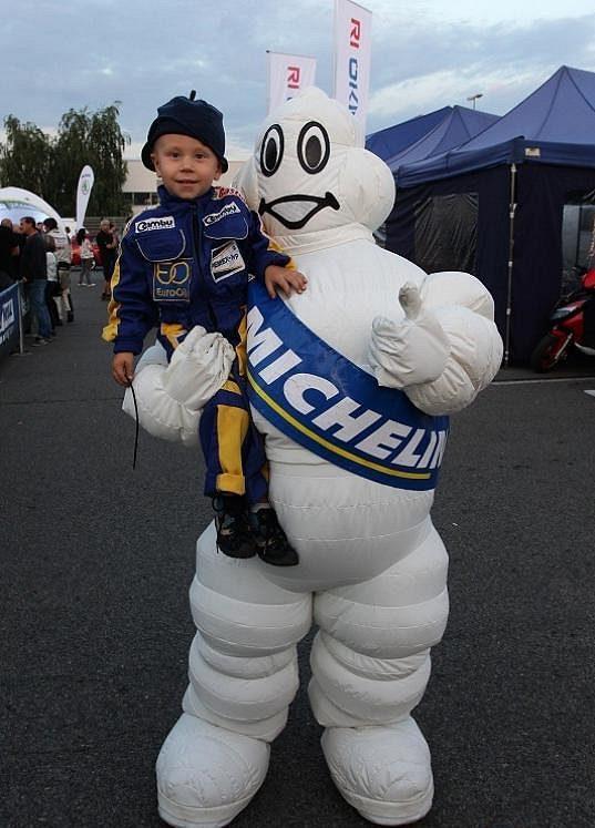 Zanedlouho tříletý Karel Pech, syn Václava Pecha, je pravidelným návštěvníkem automobilových soutěží.