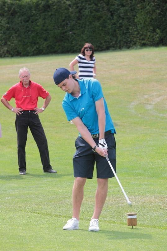 Tuukka Rask na golfovém hřišti v Dýšině.