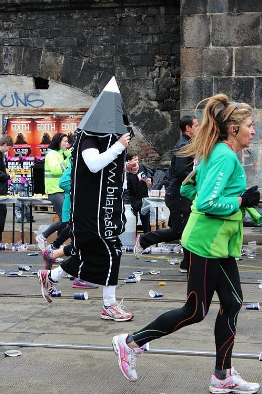 Běhání v převlecích není populární jen v Londýně. I Praha má své netradiční běžce. Pan tužka.