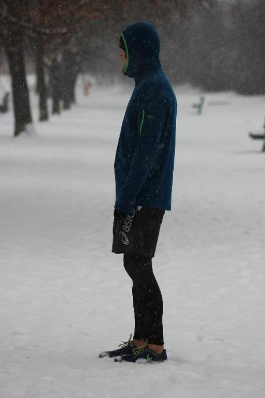 Mikina Icebreaker Compass byla testována i ve sněhu a mrazu. Pohled z boku.