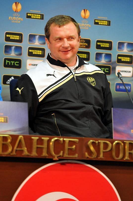 Vysmátý trenér Pavel Vrba při předzápasové tiskové konferenci odvety osmifinále Evropské ligy s Fenerbahce Istanbul.