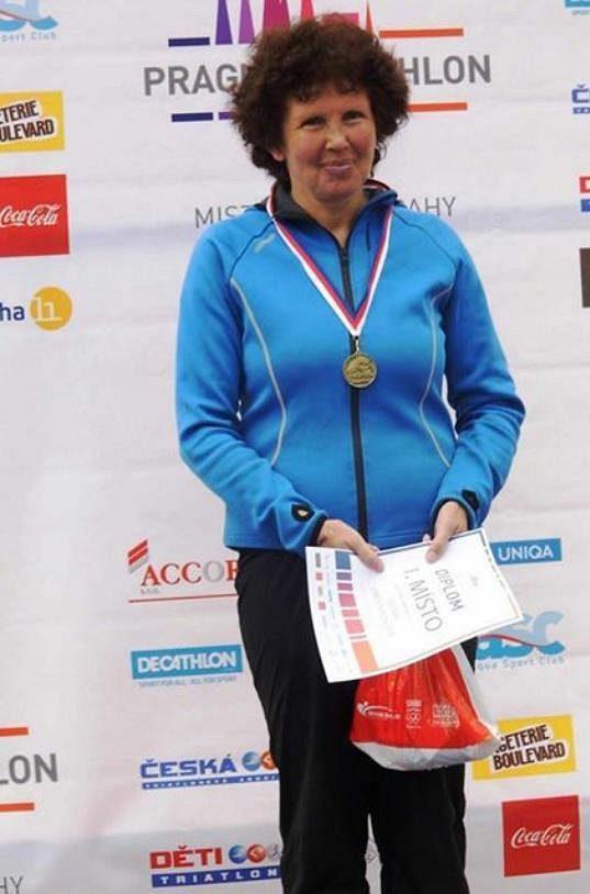 Irena Procházková a stupně vítězů. Tentokrát to bylo první místo.
