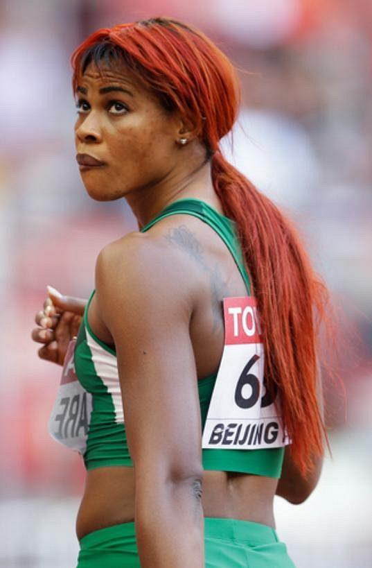 Na stovce žen vůbec září rudá. Takovou barvu na vlasy zvolila Blessing Okagbareová z Nigérie.