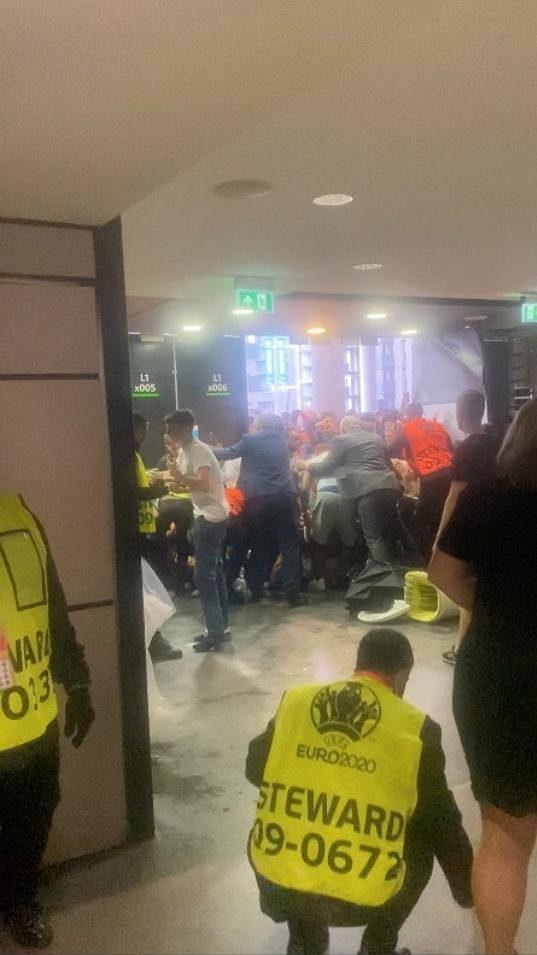 Divoké finále EURO. Policie kvůli násilnostem zatkla 49 lidí. Devatenáct policistů utrpělo při šarvátkách v Londýně zranění.
