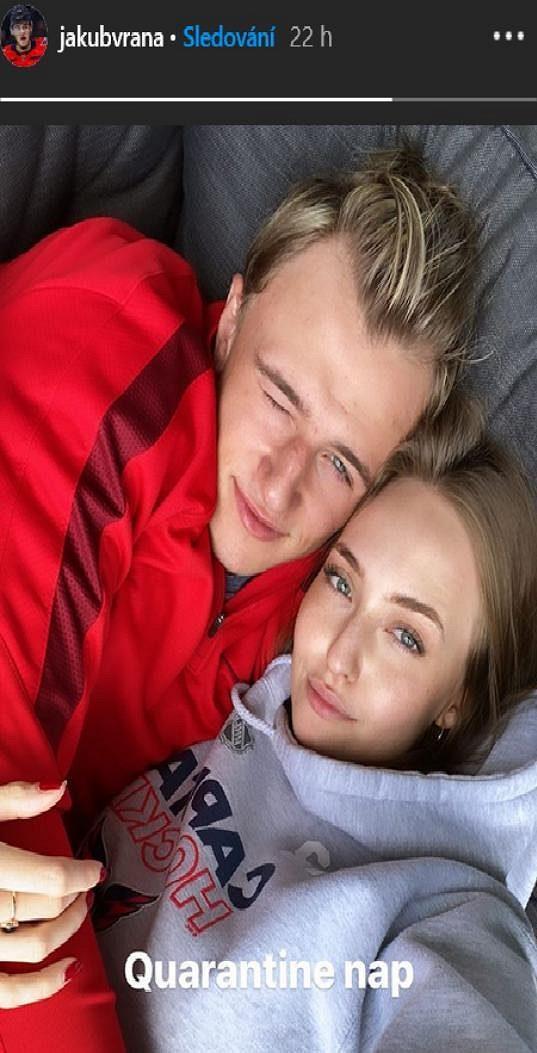 Hokejista Jakub Vrána se svou přítelkyní Barborou Uhrovou.