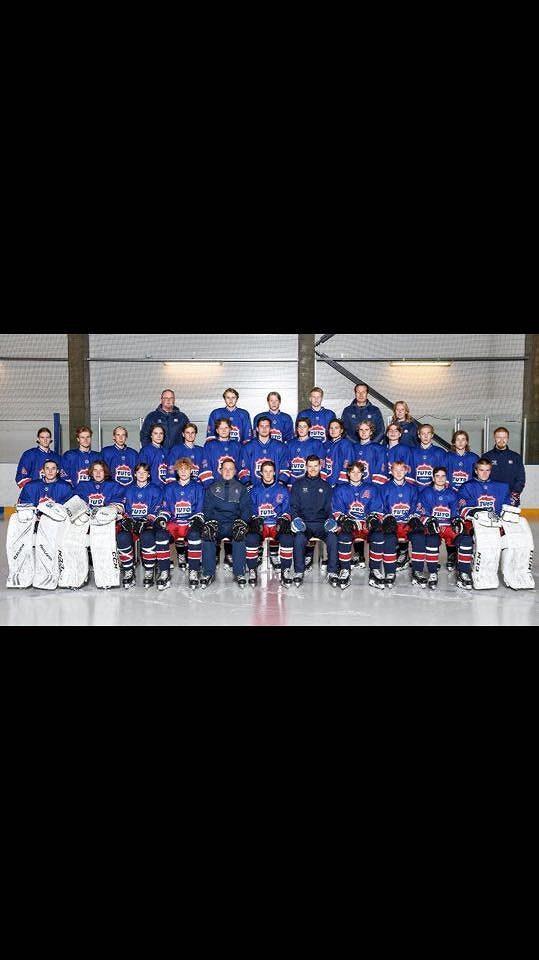 Trenér Kim Wikström (v dolní řadě pátý zprava) s dorosteneckým týmem TUTO hockey.