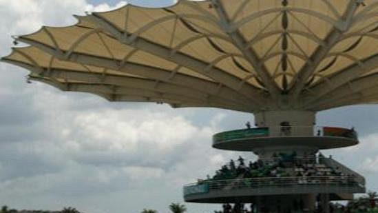 Španěl Fernando Alonso s renaultem na trati okruhu v Sepangu.