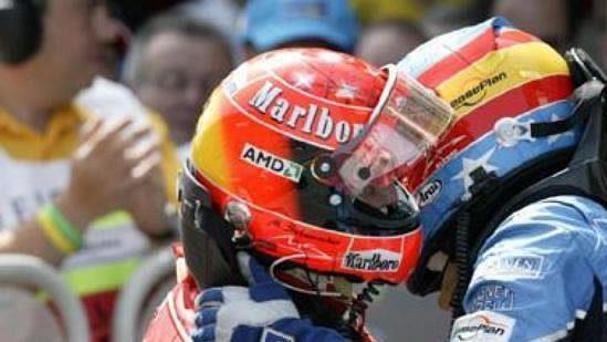 Fernando Alonso blahopřeje těsně po skončení Velké ceny Španělska Michaelu Schumacherovi k vítězství.