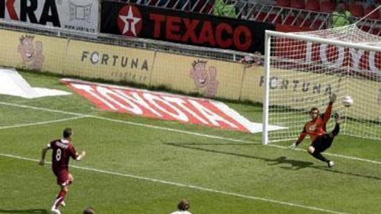 Karel Poborský střílí z pokutového kopu úvodní gól Sparty proti Mostu.